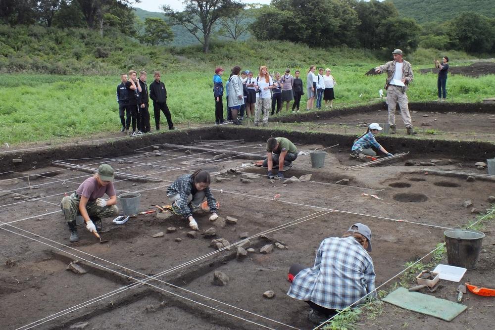 На объекте трудятся учёные, студенты-историки и добровольцы.