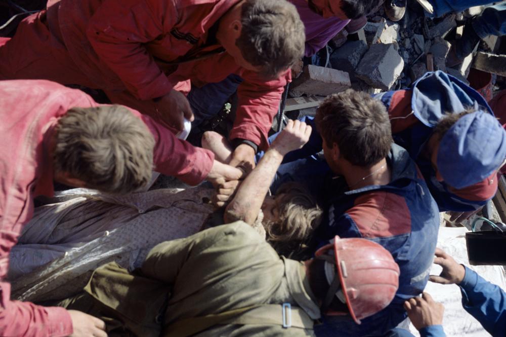 Спасатели откопали ещё одного жителя Нефтегорска.