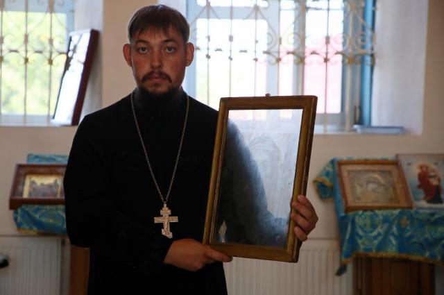 Батюшка Николай с ликом Спасителя, проявившимся на стекле