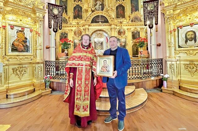 До поездки отец Александр (Прокофьев) освятил икону во Владимирском соборе Санкт-Петербурга, прихожанином которого был Ф. М. Достоевский.