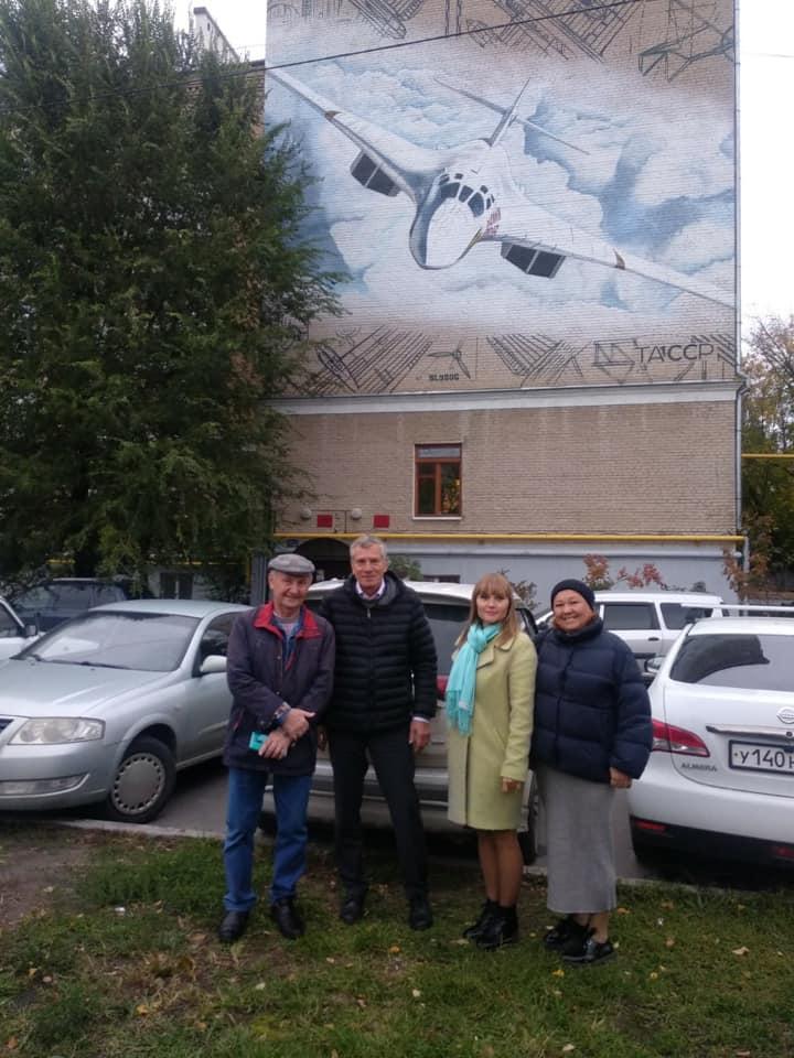 Сыну авиастроителя показали Ту-160 «Виталий Копылов», изображённый на доме, в котором жил Василий Сталин.
