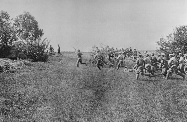 Русские солдаты в атаке (снимок периода 1914-1918 года). Репродукция 1963 года Н.Пашина