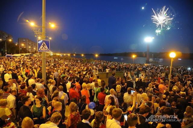 В честь омских выпускников в городе запустили салют.