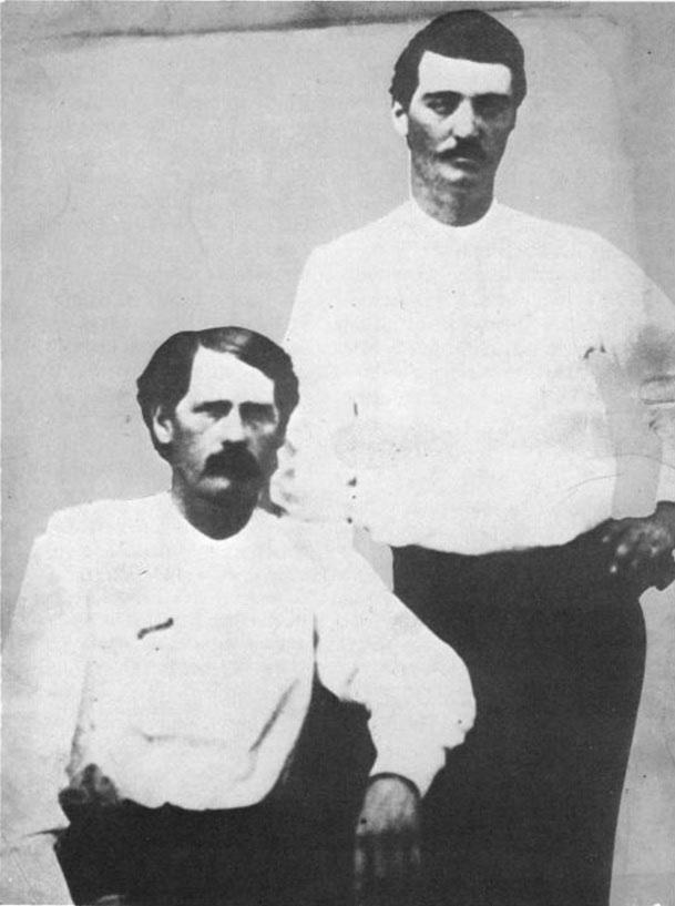 Бэт Мастерсон (слева) и Уайетт Эрп в Додж-Сити, 1876 год