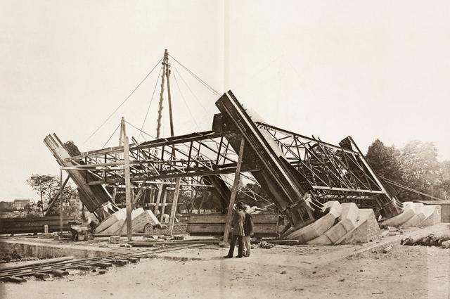 Монтаж металлических конструкций Эйфелевой башни, Париж, 18 июля 1887.