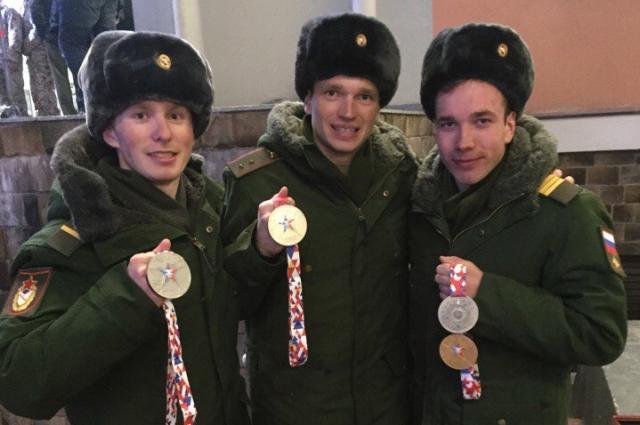 Артем Мальцев и его сослуживцы Алексей Червотки и Денис Спицов с серебярными медалями Всемирных военных игр.
