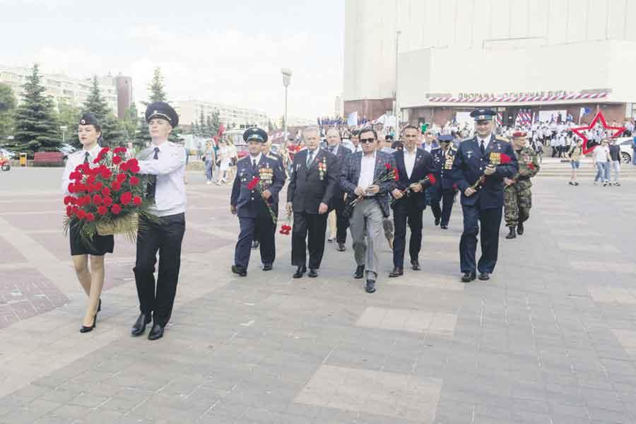 В знак памяти  и уважения гости церемонии возложили красные гвоздики на Аллее Героев.