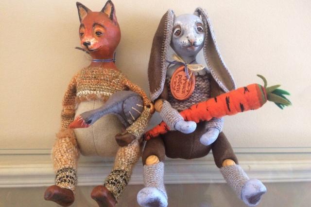 Лис с гусем и заяц с морковкой.