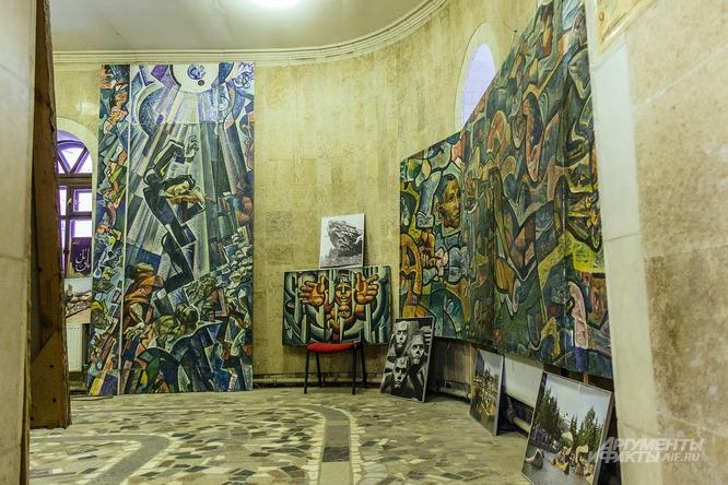 Мемориальный зал с уцелевшими работами Ильдара Ханова.