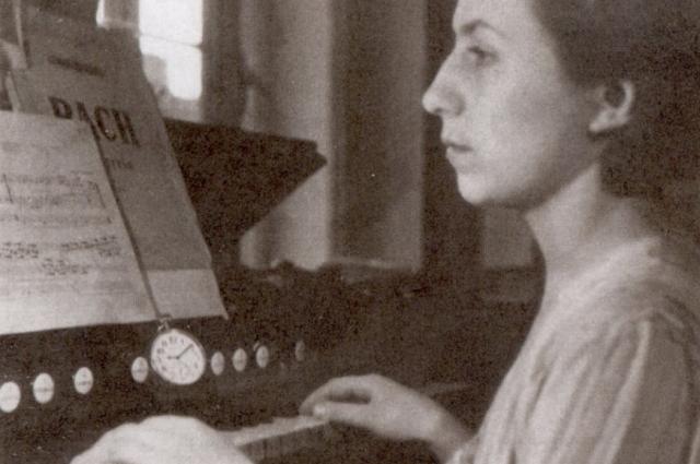 Марина Малич за фисгармонией в комнате Хармса. Конец 1930-х гг.