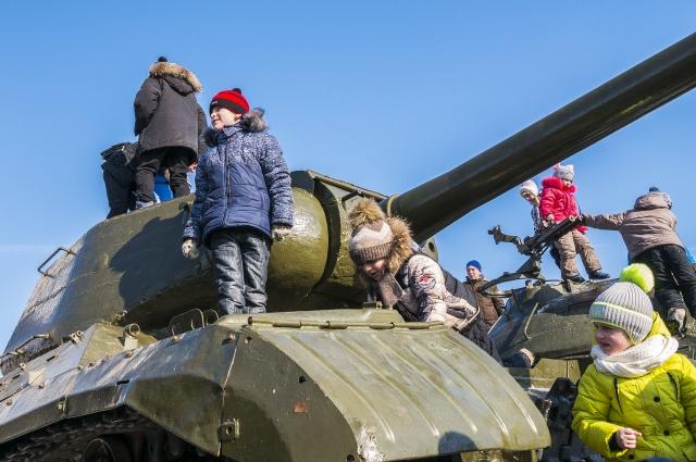 Малышня облепила танки и другие тяжёлые боевые машины, выставленные возле музея-панорамы «Сталинградская битва».