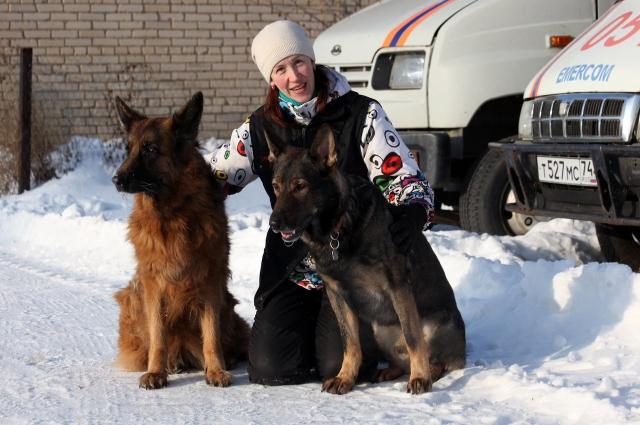 Кинолог Елена Бронских вместе с немецкие овчарками спасает людей в чрезвычайных ситуациях. Она предупреждает, но напасть на прохожего может и домашняя собака, если её плохо воспитали.
