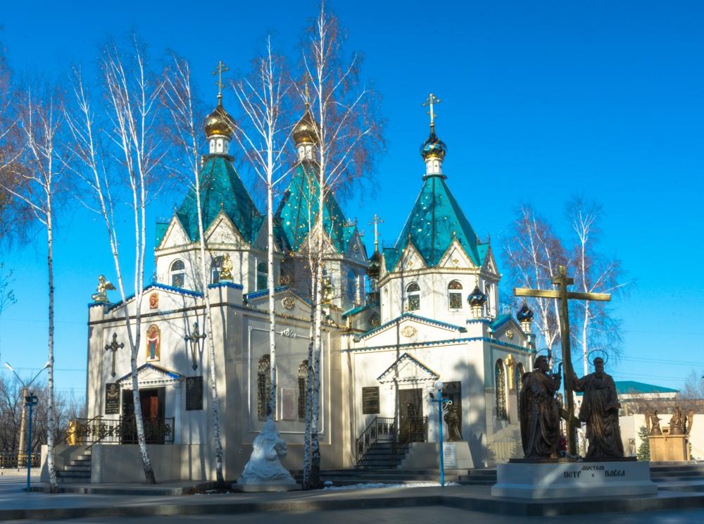 У центральной проходной – храм Покрова Божией Матери.