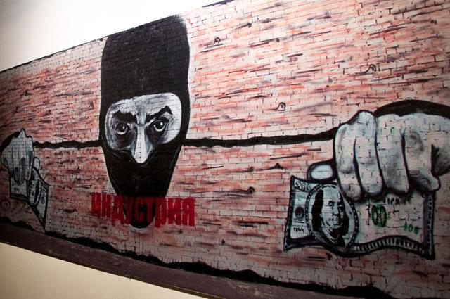 Работа Паши 183, которая встречает гостей выставки