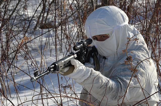 Снайпер морской пехоты с СВД во время учений.