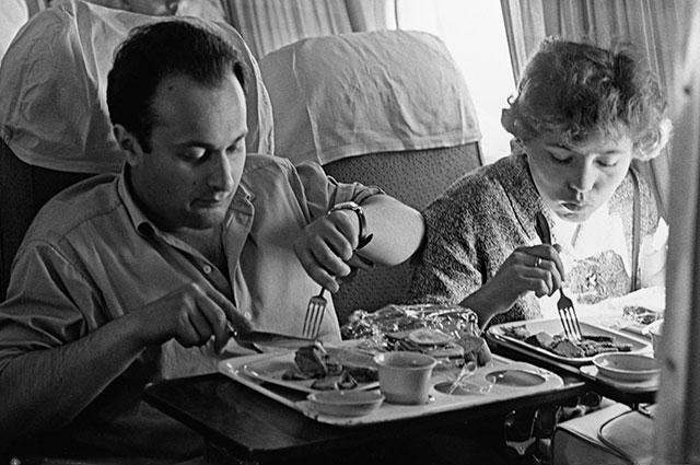 Пассажиры обедают на борту первого советского реактивного пассажирского самолёта ТУ-104.
