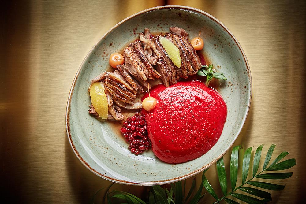 Литовский печеный гусь с брусникой и яблоками