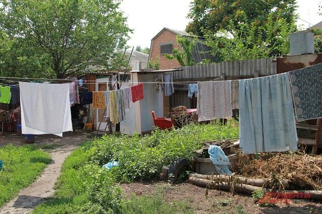 Уборная и душ находятся во дворе 100-летнего дома.