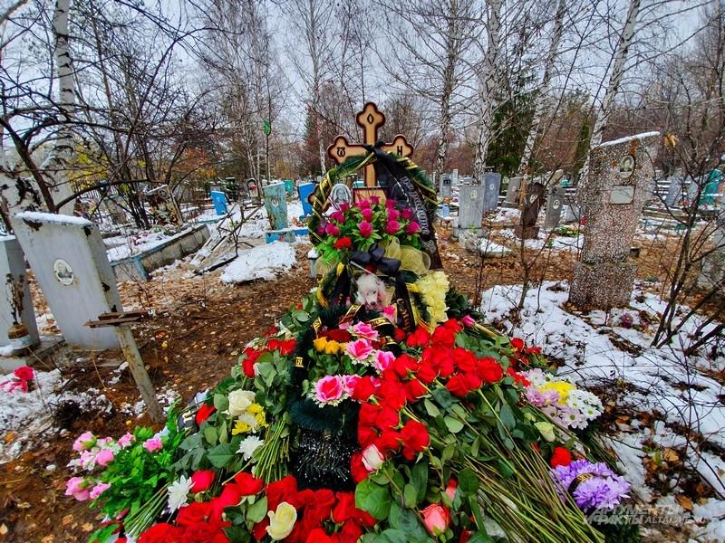 Могила засыпана цветами