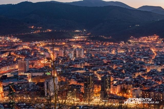 Ночной Бильбао, по улицам которого электрический свет будто льётся.