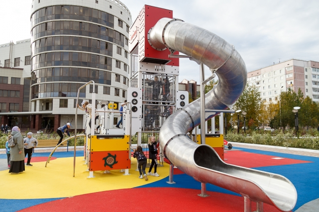 Cквер со стелой «Пламя» и детской площадкой на главной площади Усинска обустроили на средства компании «ЛУКОЙЛ».