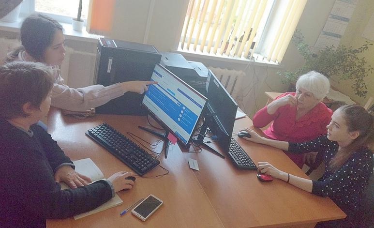 Занятия по компьютерной грамотности проходят с индивидуальными помощниками.