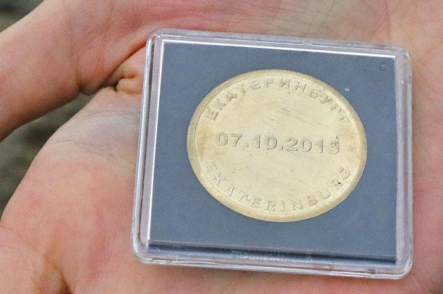 На церемонии открытия в основание фундамента бросили специально выпущенные памятные монеты.