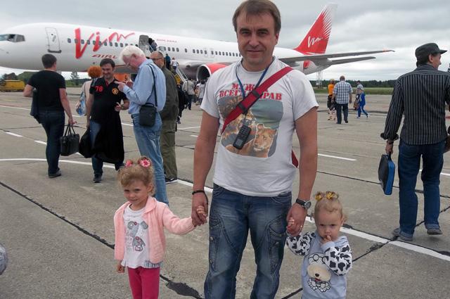 Самолет «ВИМ АВИА» везет домой — Андрей с Таней и Леной.
