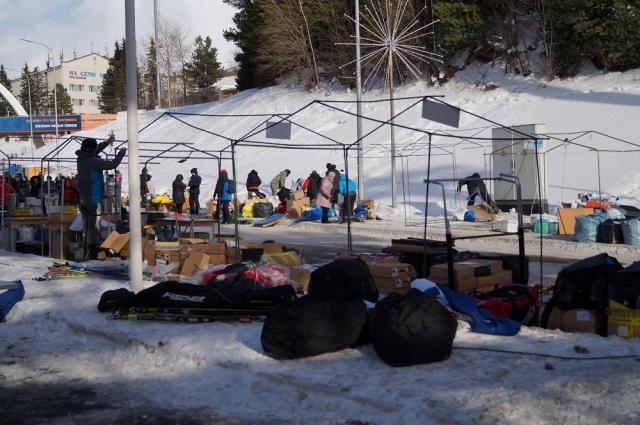 Продавцы сувениров сворачивают торговлю возле биатлонного центра.