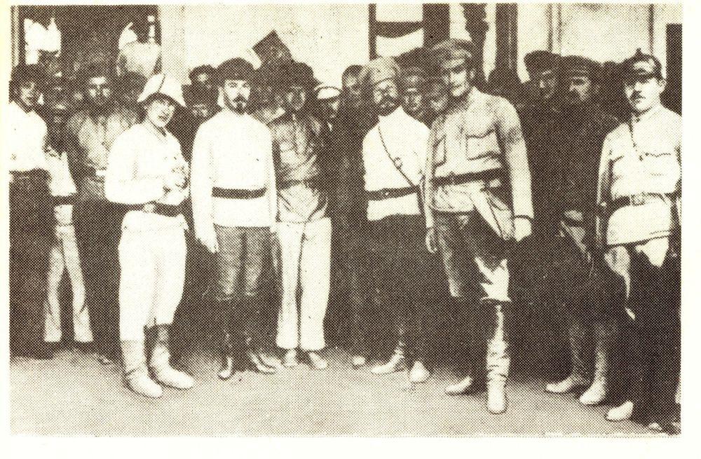 Г.Я. Сокольников, М.В. Фрунзе и В.В. Куйбышев у входа во дворец бухарского эмира. 1920 год.