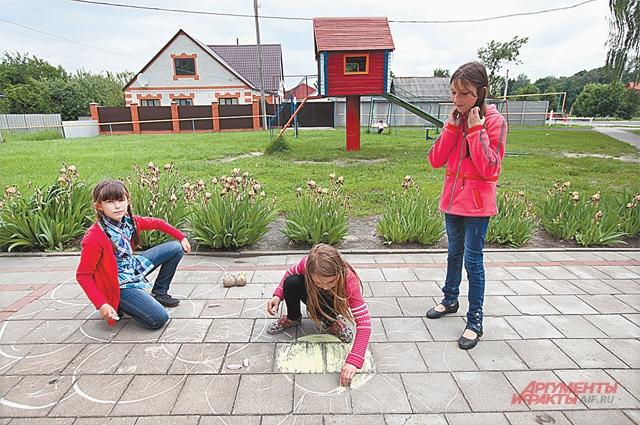 Детский конкурс рисунка на асфальте в с. Головчино.