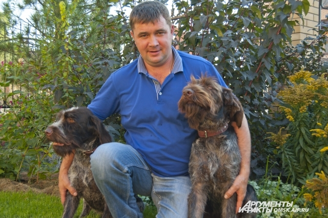 Охотник Максим Иванов со своими собаками.