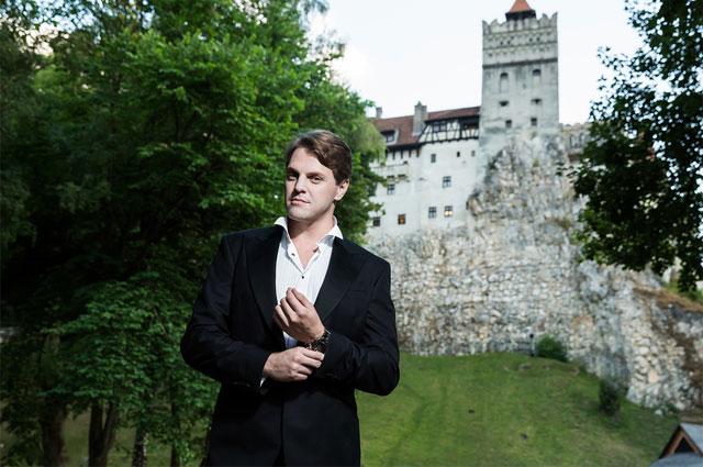 Иван Ожогин у замка Бран в Трансильвании.