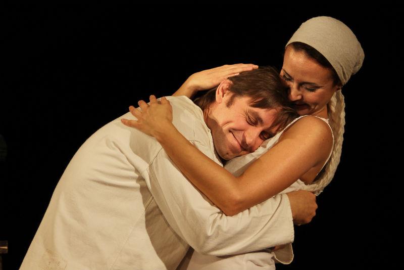 «Маленький человек» - спектакль для двоих, Алексея Храбскова и Дарьи Долматовой. Это когда жизненный нерв совпал у автора и режиссёра, актёра и продюсера.