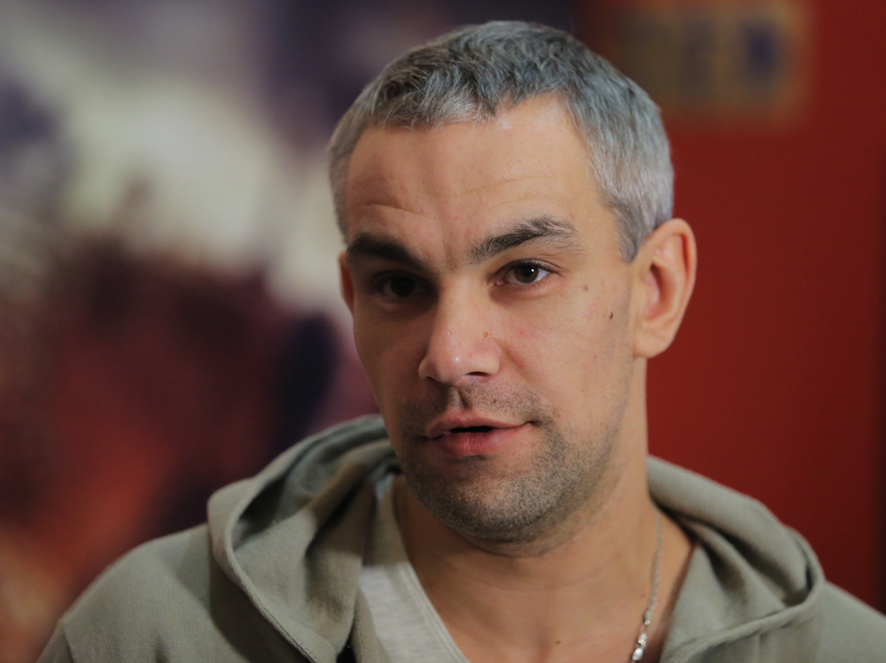 Актер Дмитрий Гирев вовремя пресс-конференции, посвященной выходу фильма «28панфиловцев», вкинотеатре «Каро 11Октябрь» вМоскве.