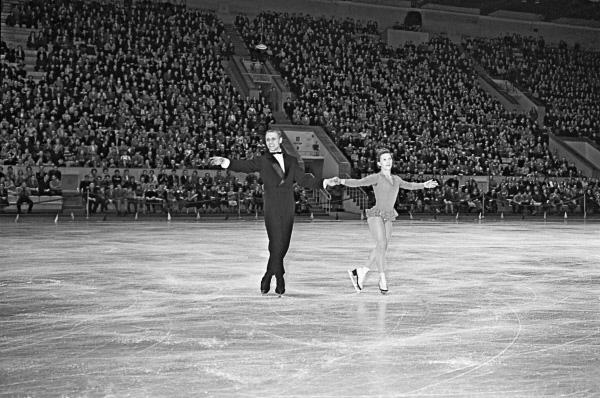 Нина и Станислав Жук заняли первое место на международных соревнованиях по фигурному катанию на коньках в 1959 году