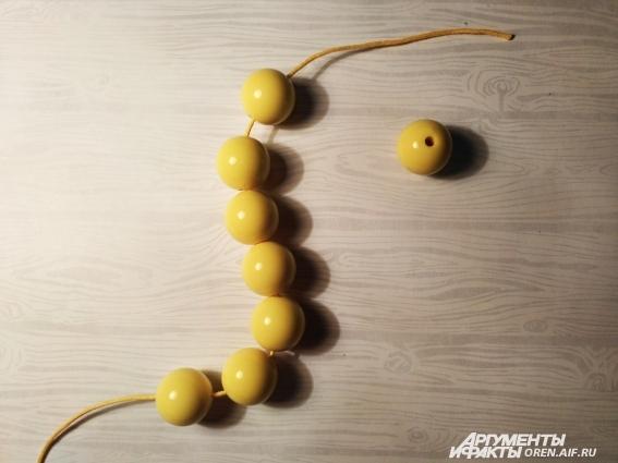 Сначала нанизывайте самые крупные бусины.