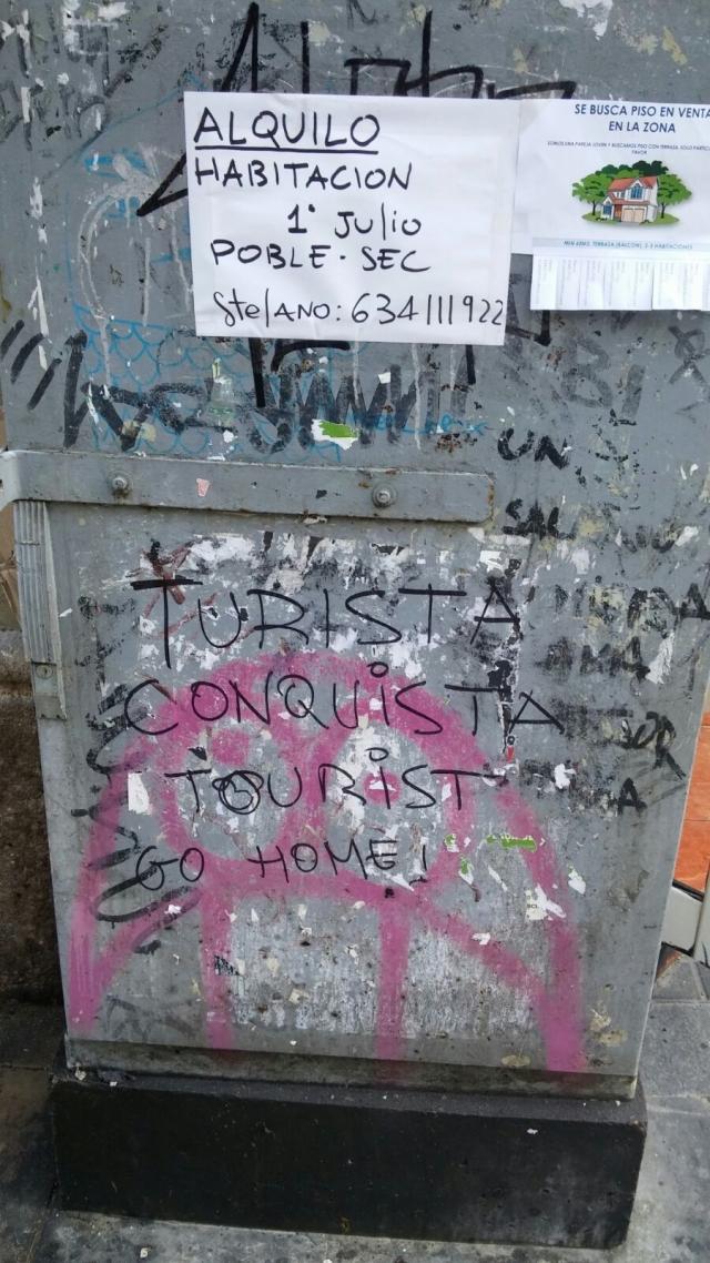 постеры с призывами к туристам «убираться домой», размещенные на балконах некоторых жителей центральных районов,  а также надписи на стенах асфальте.