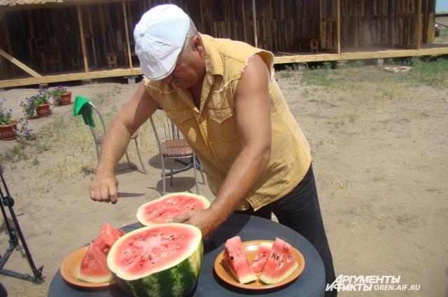 Оренбуржцы все же ждут, когда поспеют местные арбузы.