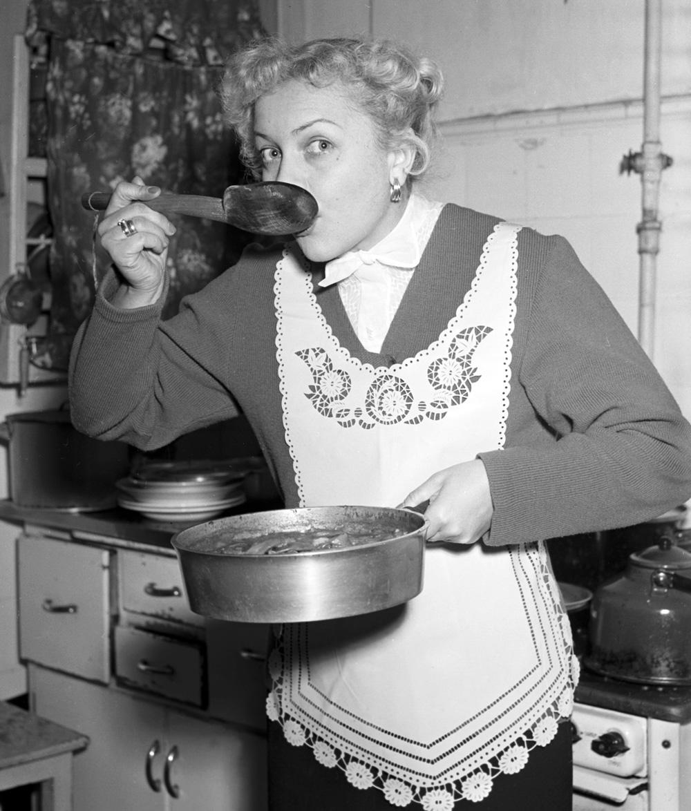Людмила Целиковская за приготовлением обеда. 1955 год.