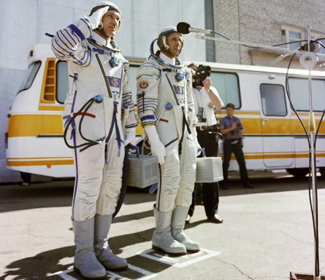 Экипаж космического корабля «Союз Т-13» Владимир Джанибеков (слева) иВиктор Савиных (справа) перед стартом.