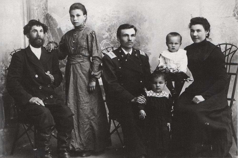 Александр Афанасьевич Афанасьев в форме учителя гимназии с женой Ольгой Николаевной. Слева начинатель династии Афанасий Афанасьев