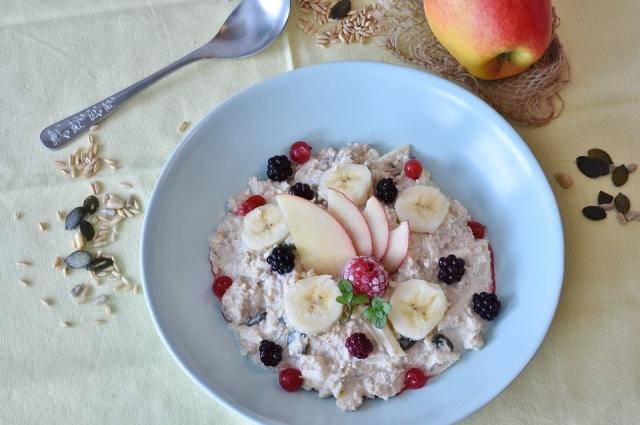Несколько ложек кокосового масла можно положить в овсяную кашу. Такой ароматный и полезный завтрак надолго даст чувство насыщения.