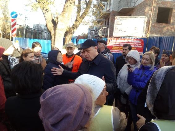 Представители властей обещали выделить субсидии для завершения строительства дома на Баррикадной.