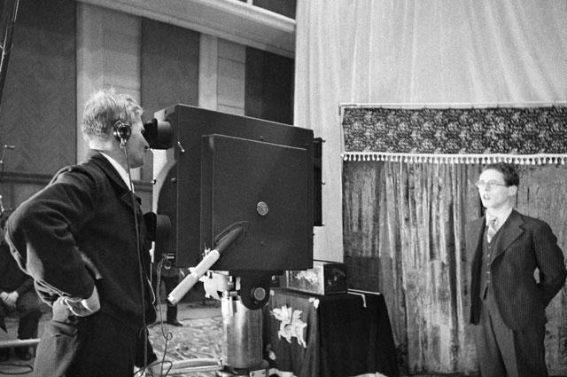 Диктор Юрий Левитан во время съемок в студии. Москва 1941 год.