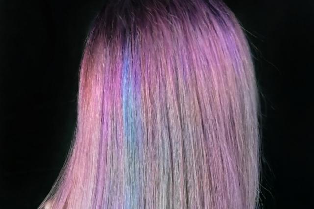Яркие волосы сейчас в моде.