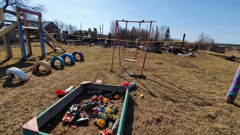 Уцелевшая детская площадка - Тамара и Павел сделали ее для детей сами