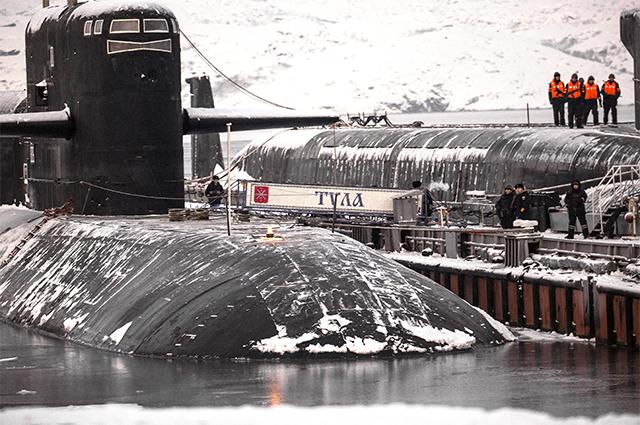 Атомный ракетный подводный крейсер стратегического назначения «Тула» К-114 (слева) иатомная подводная лодка стратегического назначения «Юрий Долгорукий» К-535у причала ввпоселке Гаджиево Мурманской области.