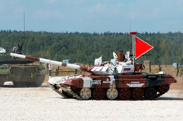 Российский экипаж готовится к старту. Танк Т-72Б