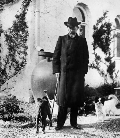 А. П. Чехов в саду своего дома в Ялте